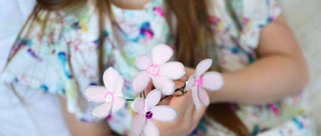 Kwiaty z rajstop i drutu